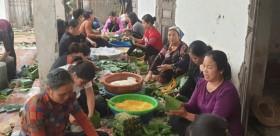 1.070 chiếc bánh chưng người dân thôn Phú Đôi gửi vào miền Trung