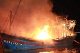 Nghệ An: Đang neo đậu tại cảng Lạch Quèn, 4 tàu cá bốc cháy dữ dội