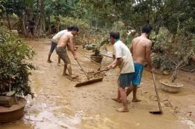 Lũ qua bùn non ập đến: Người miền Trung tất tả dọn bùn sau lũ