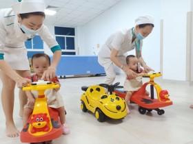 Song Nhi đến viện tái khám, thích thú trổ tài đua xe