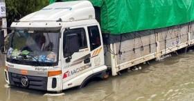 Hà Tĩnh: Giao thông chia cắt, hàng trăm chiếc ô tô ngập sâu trong nước