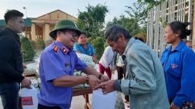 Báo Bảo vệ pháp luật kết nối thiện nguyện, trao gửi yêu thương đến người dân rốn lũ