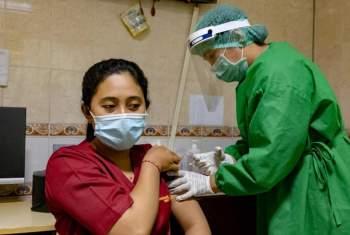 Tranh cãi về ưu tiên tiêm vaccine COVID-19 cho người trẻ tuổi tại Indonesia