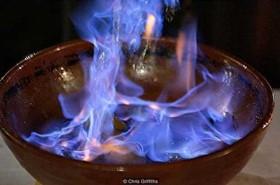 Rùng mình về nghi lễ người dân uống lửa xanh để xua đuổi ma quỷ