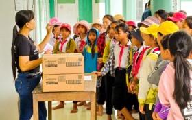 Trao tặng hơn 326.000 gói băng vệ sinh giúp các em gái khó khăn tại miền Trung