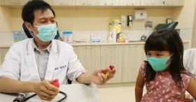 Bé 8 tuổi bị thủng ruột vì nuốt phải đồ chơi, bác sĩ cảnh báo cha mẹ nhất định phải để thứ đồ này tránh xa tầm tay trẻ