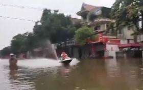 Phẫn nộ mô tô nước phóng như bay giữa biển lũ TP Hà Tĩnh