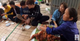 Nghi vấn Bà Tân Vlog tiếp tục cài cắm đàn cháu vào mâm để khen đồ ăn ngon, ai ngờ phút cuối bà lại được minh oan nhờ hình ảnh bất ngờ