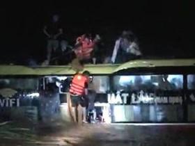 Những người quả cảm giải cứu 18 hành khách trên xe giữa dòng lũ cuốn