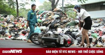 Ảnh: Nước thải từ núi rác Hà Nội chảy lênh láng, người đi đường ngã sõng soài