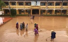 Thầy, cô trường làng cứu trợ người dân Vân Kiều bị cô lập trong lũ