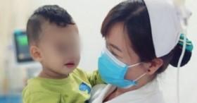 TP.HCM: Bé trai 2 tuổi khóc thét, nhập viện cấp cứu sau khi người nhà cho uống dầu xoa bóp vì nhầm là siro