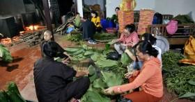 Người Hà Nội tập trung tại chùa nấu bánh chưng gửi đến đồng bào miền Trung: Bánh chưng dinh dưỡng gấp nhiều lần lương thực khác, bảo quản được lâu hơn