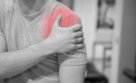 Bị trật khớp vai khi ngủ: Dấu hiệu và cách xử lý