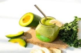 Uống nước sinh tố trái cây để giúp da luôn ẩm vào mùa khô