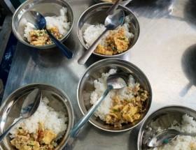 Bớt xén tiền ăn bán trú của học sinh: Nhiều vấn đề cần làm rõ