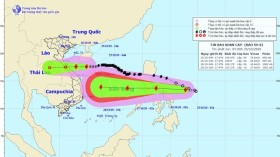 Bão số 8 giảm cấp, tiến gần đất liền, thêm bão lớn vào Biển Đông