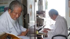 Khâm phục cụ ông 100 tuổi ở Sài Gòn làm việc 10 tiếng/ngày không cần đeo kính