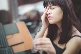 Các thói quen âm thầm hủy hoại mắt mà bạn ít để ý