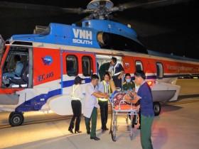 Trực thăng vượt thời tiết xấu đưa bệnh nhân vào đất liền
