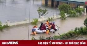 Ảnh: Bộ đội, công an xuyên đêm dầm mình trong mưa lũ đưa dân đến nơi an toàn