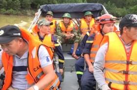 Công an và quân đội tổ chức cứu hộ Rào Trăng 3 bằng đường thủy