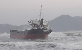 Cứu 10 thuyền viên trên tàu hàng bị mắc cạn ở vùng biển Bình Định