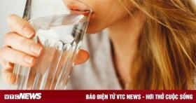 Uống nhiều nước nhưng vẫn khô miệng: Cẩn thận mắc bệnh nguy hiểm