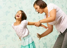 Có nên dạy con bằng hình phạt đánh đòn?