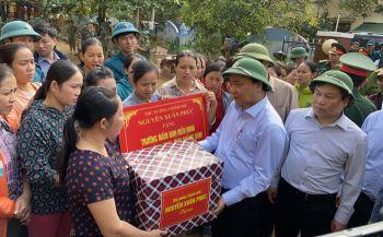 Thủ tướng Chính phủ Nguyễn Xuân Phúc: Sớm ổn định cuộc sống cho đồng bào vùng lũ