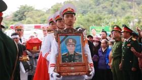Người dân xúc động xếp hàng đón linh cữu thiếu tướng Nguyễn Hữu Hùng về quê nhà