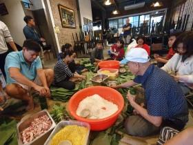 Hàng trăm người dân Đà Nẵng gói bánh tét gửi vùng lũ lụt