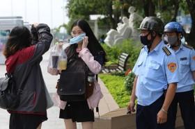 Trước việc nhiều người dân chủ quan, không thực hiện đeo khẩu trang lãnh đạo Sở Y tế Hà Nội đề xuất mời các cơ quan báo chí vào cuộc phản ánh để làm căn cứ phạt nguội nhằm tăng tính răn đe...