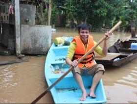 Hà Tĩnh: Những người vận chuyển trong lũ dữ