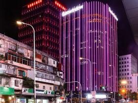 """Hàng loạt tòa nhà thắp sáng màu hồng hưởng ứng chiến dịch """"Chung tay vì người phụ nữ tôi yêu"""""""