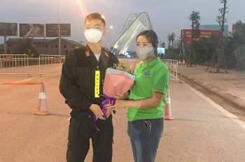 Độc đáo những bó hoa chỉ nở mùa Covid tặng đội ngũ chống dịch ở Chí Linh