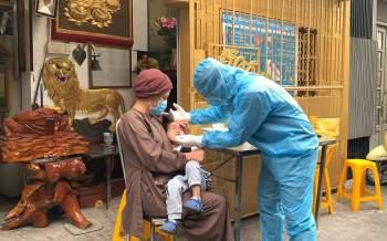 Người đi chùa được lấy mẫu xét nghiệm Covid-19 tại TP.HCM