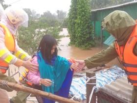 Công an Hà Tĩnh di dời khẩn cấp hàng ngàn hộ dân vùng lũ Cẩm Xuyên