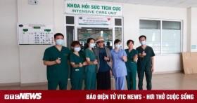 Bệnh nhân 19 tươi cười cảm ơn y bác sĩ khi ra viện
