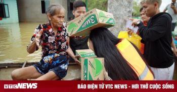 Người trẻ Sài Gòn gác công việc, đi vào tâm lũ cứu trợ bà con miền Trung