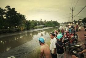 Nghe tin đồn có cá sấu, hàng trăm người dân hiếu kỳ tụ tập trên sông Sài Gòn để xem