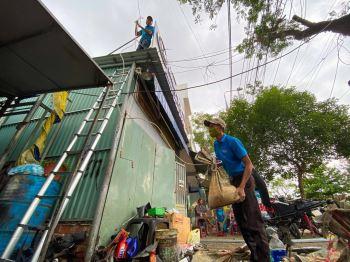 Người Đà Nẵng cấp tập chống bão số 9: Mua cát chằng chống nhà cửa
