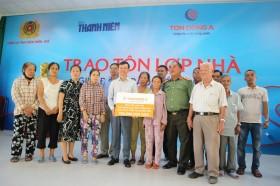 Báo Thanh Niên và Tôn Đông Á trao tôn cho người dân vùng bão tại Huế