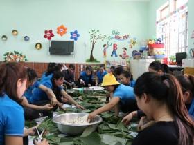 Những chiếc bánh nghĩa tình đến với người dân vùng lũ Quảng Bình
