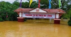 Trường ngập 3-4m, thầy trò lội bùn sơ tán