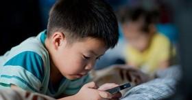 Những đứa trẻ bị cha mẹ khoán trắng cho smartphone