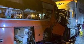 Ôtô khách chở 40 người đối đầu xe container, 2 người tử vong