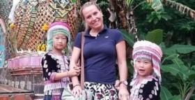 Chụp ảnh với nữ du khách, hai bé gái bất ngờ bị cáo buộc trộm cắp vì một chi tiết nhỏ trong bức hình: Bố ơi, chúng con đã làm gì sai?