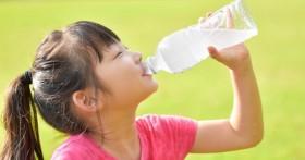 Bé gái 10 tuổi đã xuất hiện kinh nguyệt, vừa nhìn chai nước mà cô bé uống mỗi ngày bác sĩ đã hiểu nguyên nhân