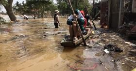 Ảnh: Người dân Quảng Bình bì bõm bơi trong biển rác sau trận lũ lịch sử, nguy cơ lây nhiễm bệnh tật